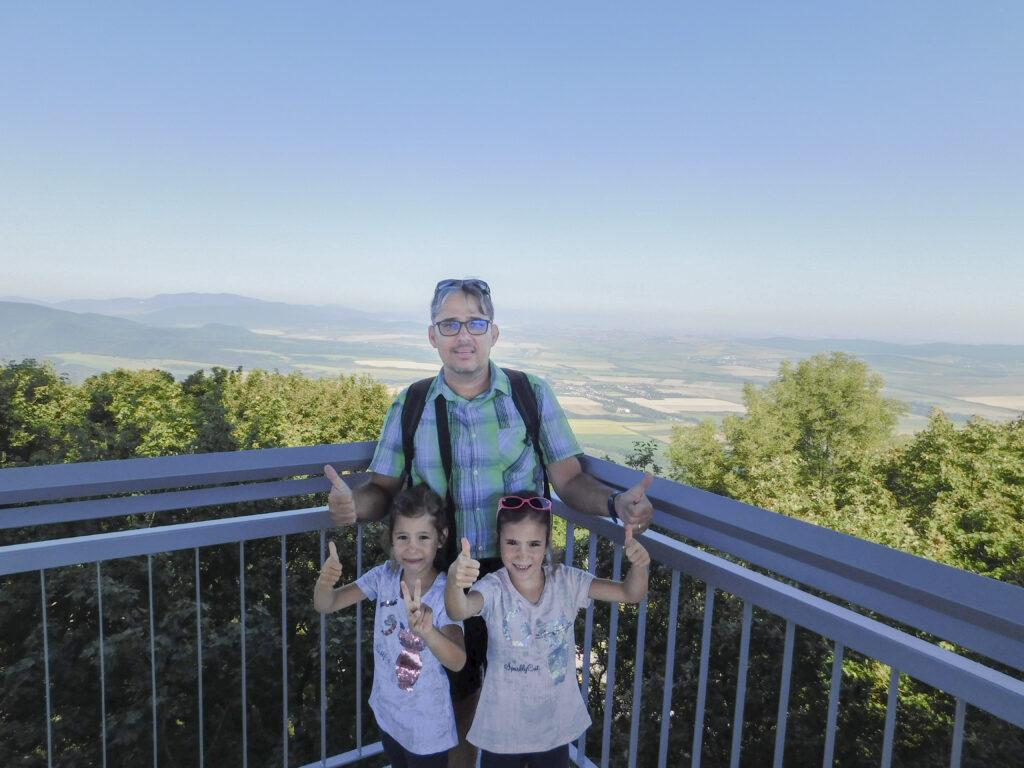 A Magas-hegy csúcsára érkezve a kilátóból szép panoráma tárult elénk