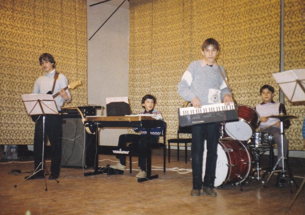 Nagy Péter jazz dobon játszik a családi zenekarral