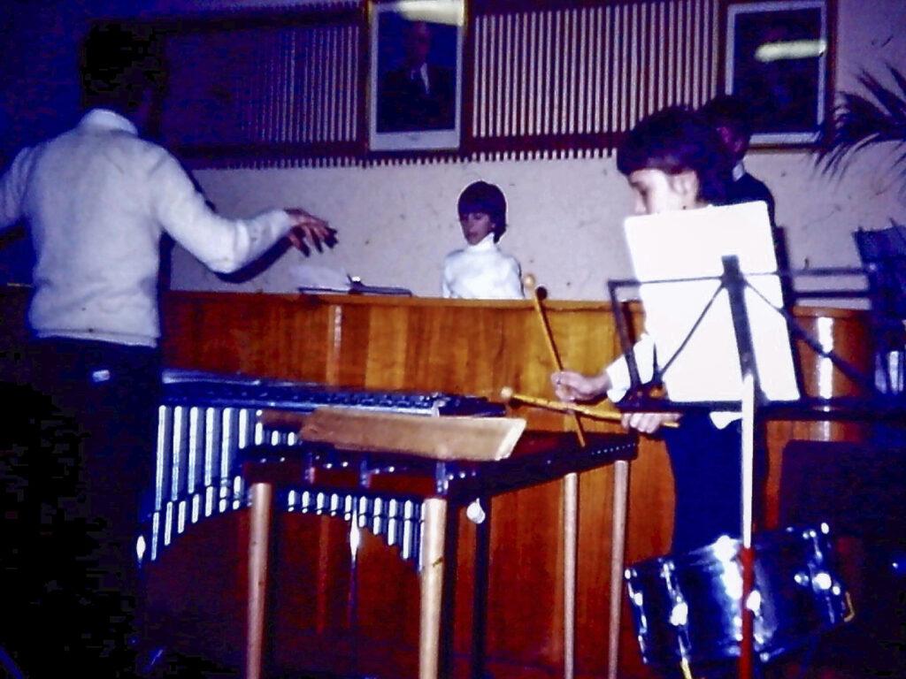 Nagy Péter xilofonon játszik-kamarazene próba